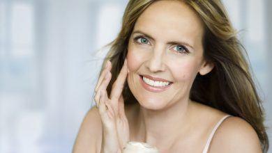 Качественный и регулярный уход позволит выглядеть моложе своих лет. Если возрастные изменения убрать не получается, можно обратиться к косметологическим процедурам.