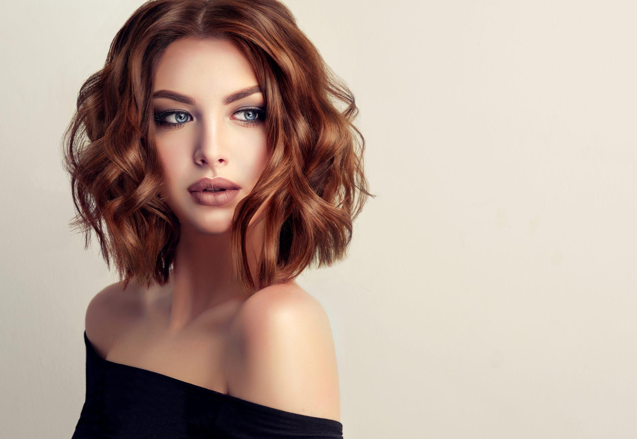 прическа на корпоратив на средние волосы