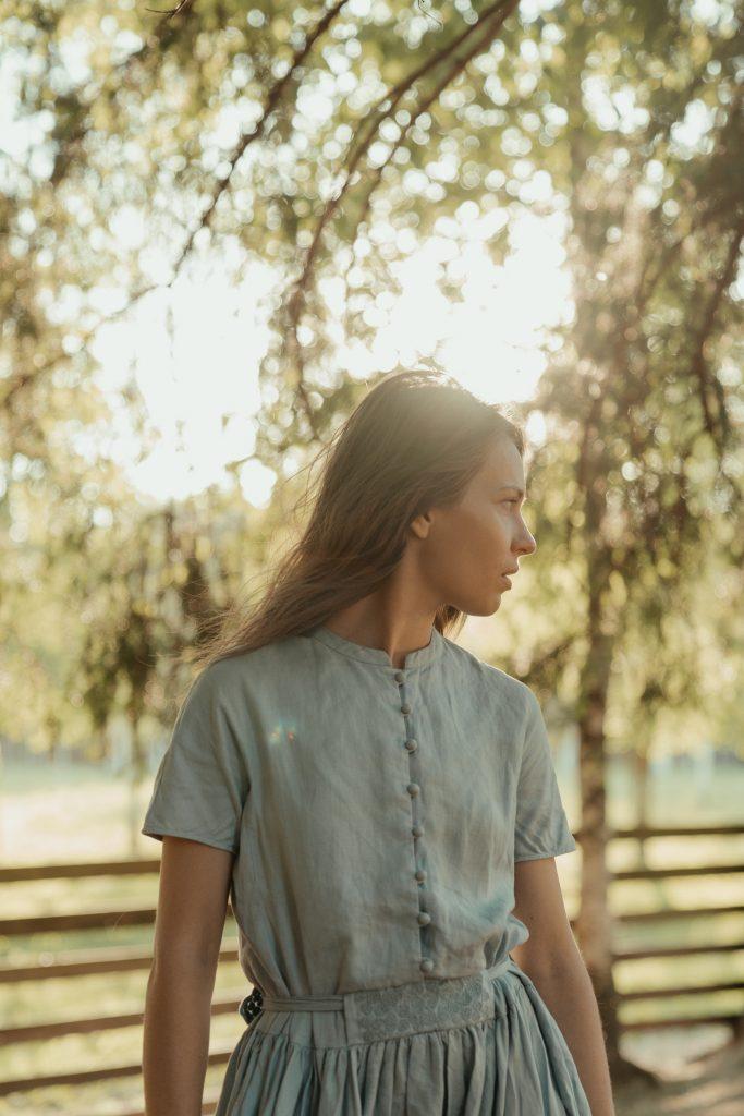 девушка в льняном платье на фоне природы