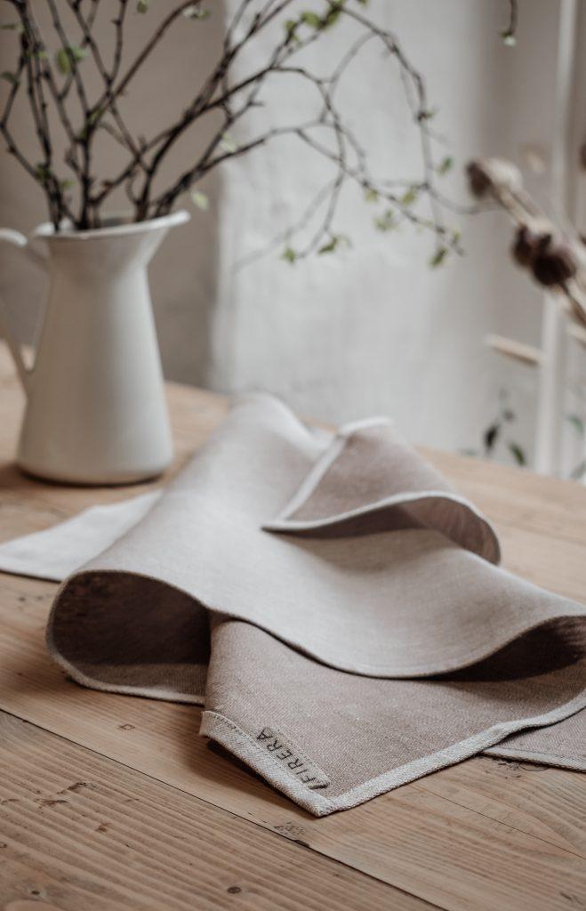 салфетка и ваза с ветками на столе
