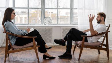 женщина и мужчина сидят друг перед другом