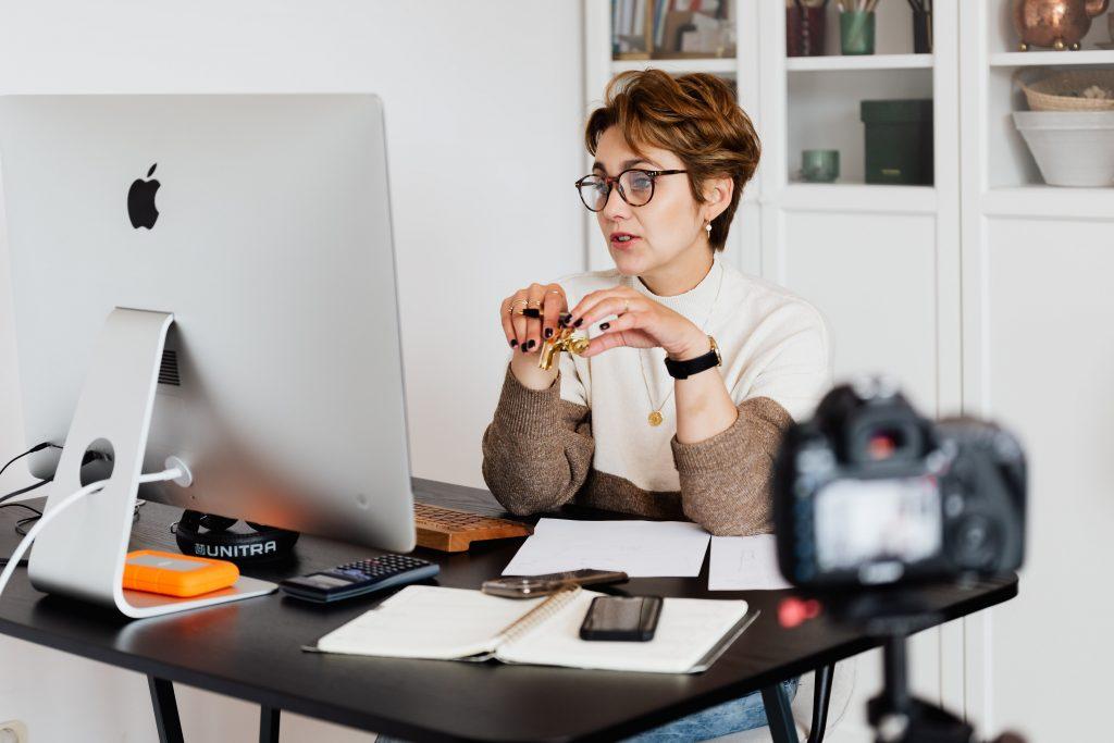 женщина сидит перед компьютером